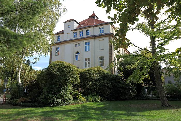 Hier sollte ein Bild des Studeinzentrums des SFB/TRR 205 zu sehen sein, Haus 10, Uniklinikum Dresden.